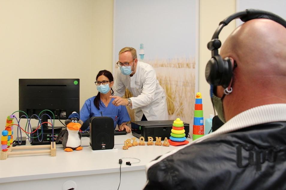 Beim Hörtest misst HNO-Chefarzt Dr. Alexander Blödow (Mitte) die Schallübertragung über das Trommelfell und die sogenannte Gehörknöchelchenkette.