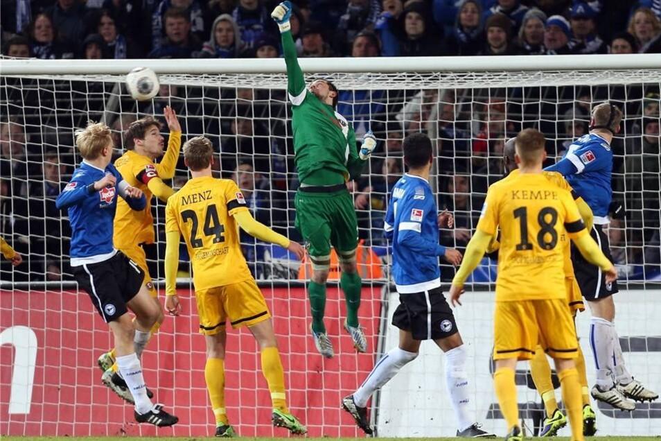 Der Bielefelder Torschütze Marc Lorenz (nicht im Bild) erzielt den Treffer zum 1:0.