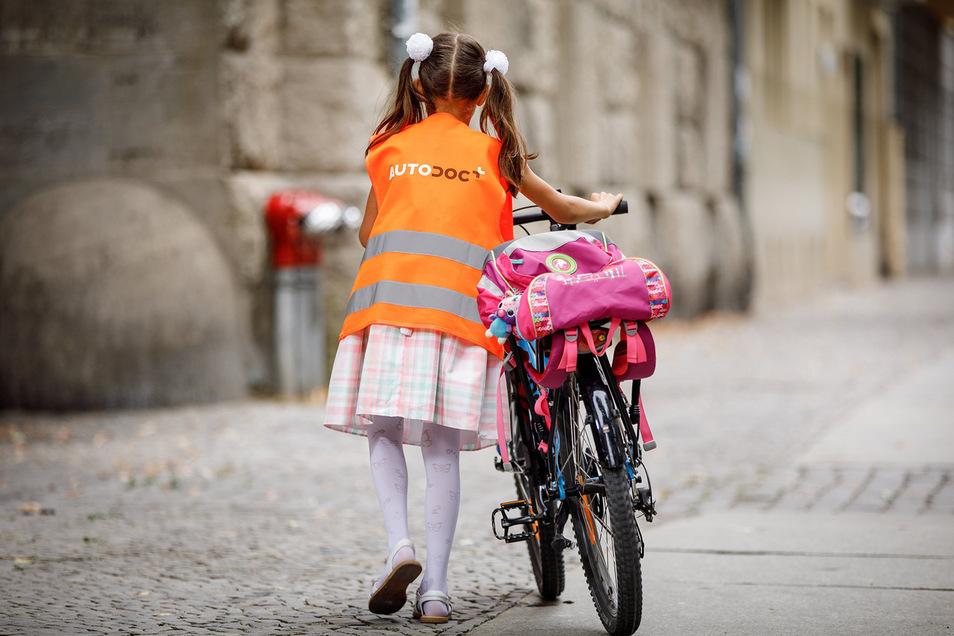 Die frisch eingeschulten Berliner Erstklässler müssen auf ihre versprochenen kostenlosen Warnwesten für den Schulweg verzichten.