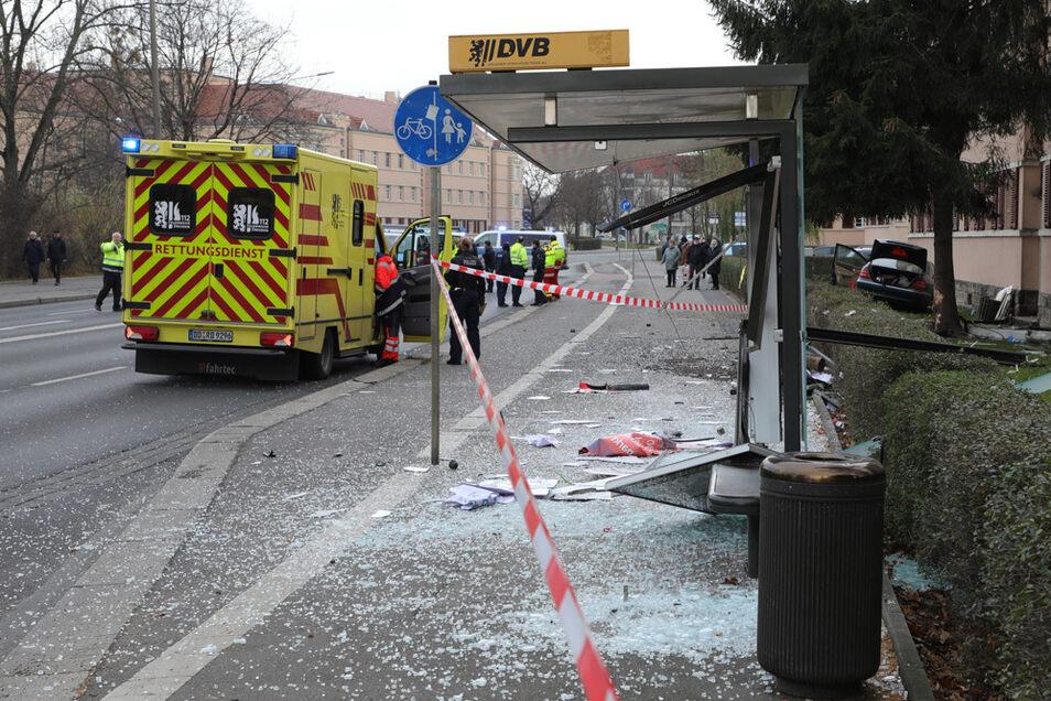 An der Teplitzer Straße ist ein Auto in eine Bushaltestelle gekracht.