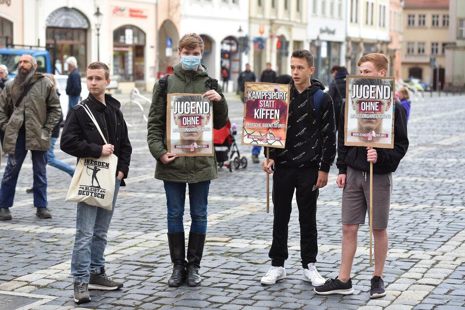 """Auch junge Menschen waren darunter, die auf ihren Schildern unter anderem für eine """"Jugend ohne Migrationshintergrund"""" warben.Die gezeigten Plakate entstammen der Kampagne """"schülersprecher.info"""", die den Jungen Nationalsozialisten gehört."""