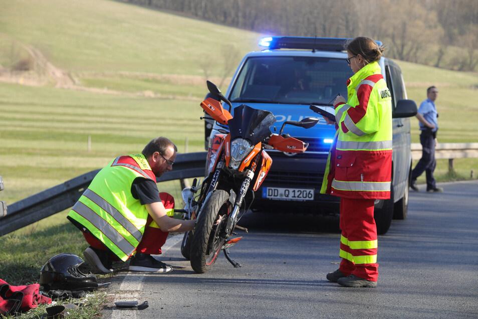 Warum der Motorradfahrer mit seiner Maschinen gegen die Leitplanke fuhr, wird noch ermittelt.
