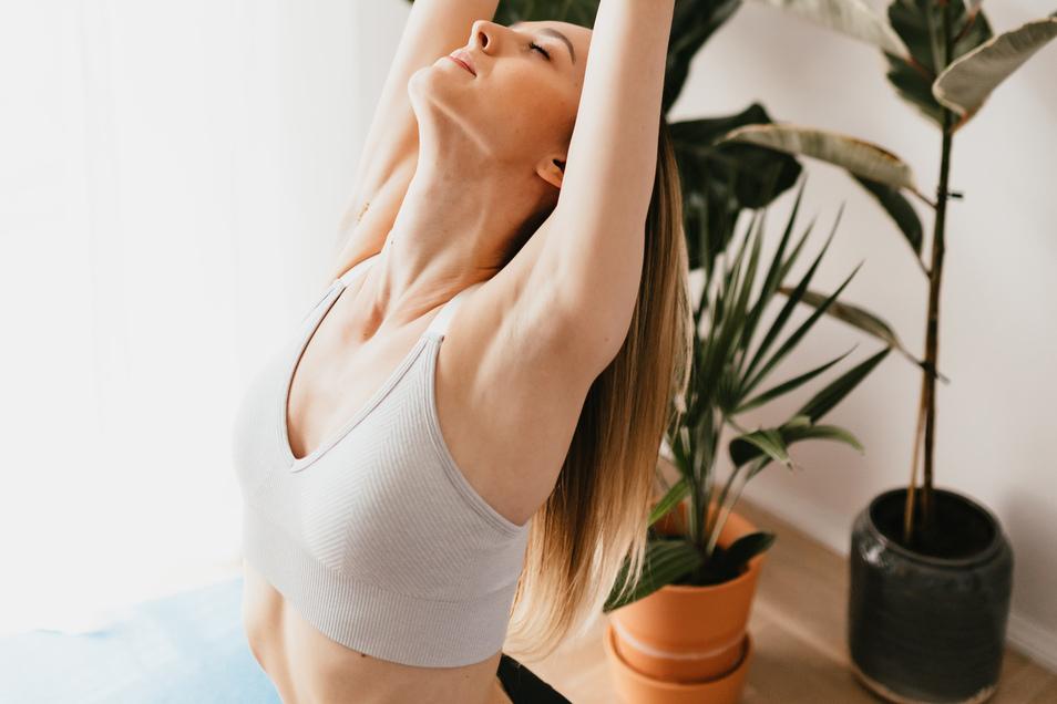 Gönnen Sie Ihrem Körper ein wenig Achtsamkeit bei einem Yogakurs.