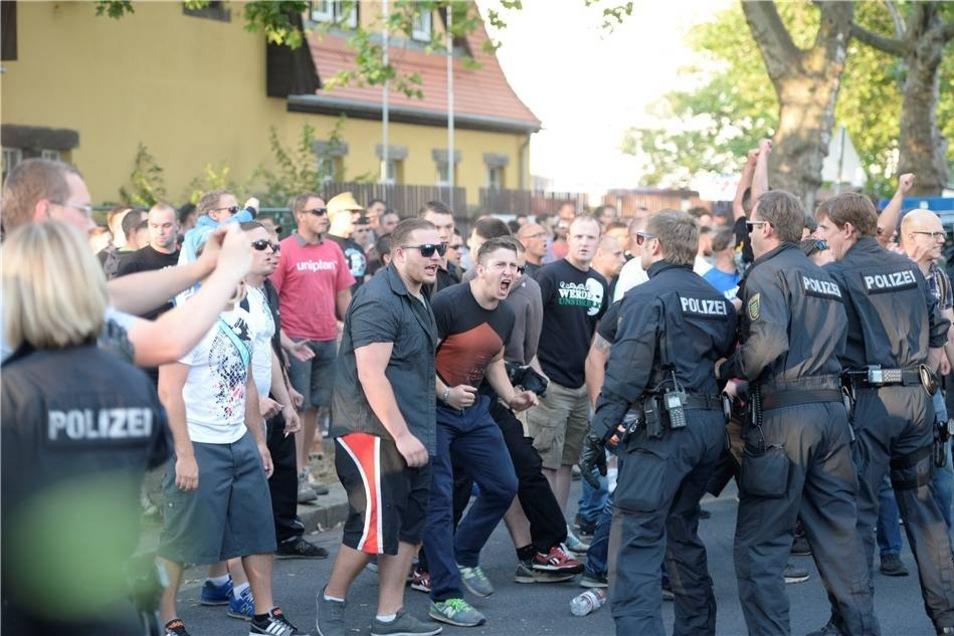Die Rechtsextremen warfen auch Böller auf die Gegendemonstranten - es gab drei Verletzte.