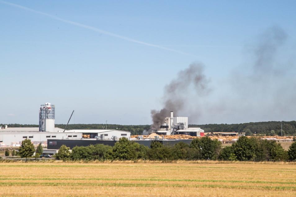 Dies war der Blick auf den Holzverarbeiter HS Timber Productions am 31. Juli 2020: Ein Radlader hatte Feuer gefangen. Am Dienstagabend kam es erneut zu einem solchen Zwischenfall.