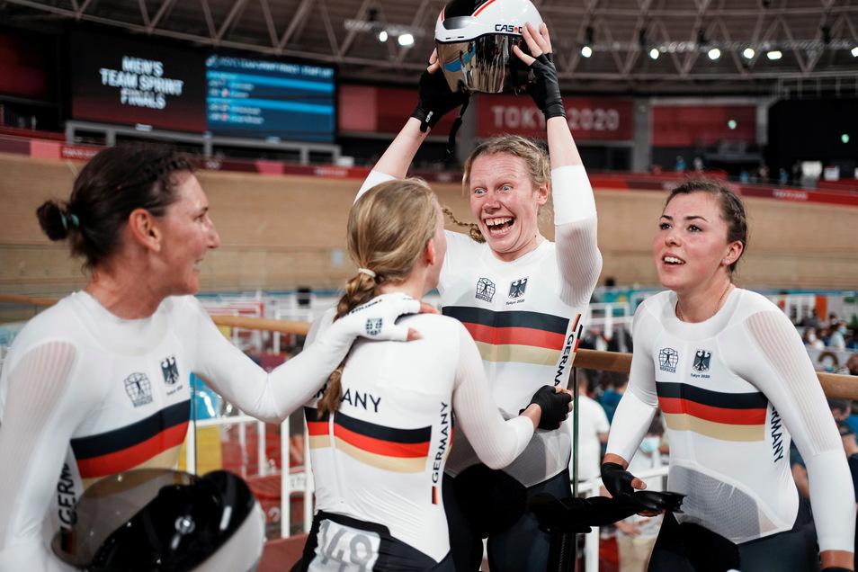 Lisa Brennauer, Franziska Brauße, Mieke Kröger und Lisa Klein feiern ihren Weltrekord und die Goldmedaille.