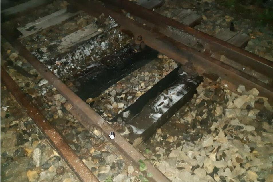 Die Bahnschwellen waren Ziel von Brandstiftern. Die Feuerwehr kam zum Einsatz.