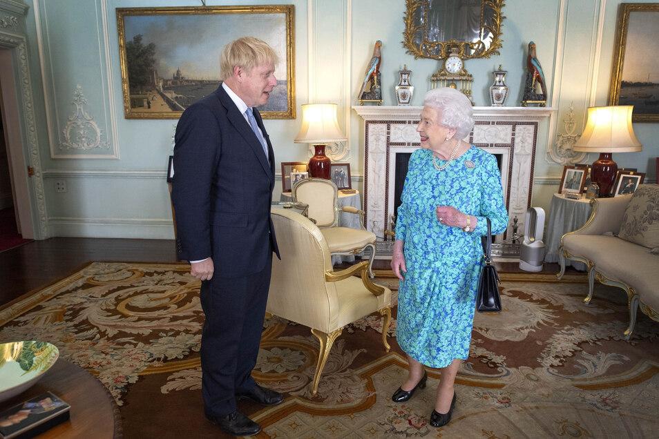 Königin Elizabeth II. von Großbritannien begrüßt Boris Johnson bei dessen Ankunft am Buckingham-Palast in London.