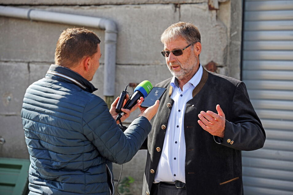 Landwirt Hartwig Kübler (r.) war Gastgeber der Veranstaltung auf seinem Raitzener Gutshof – und ein gefragter Interviewpartner.