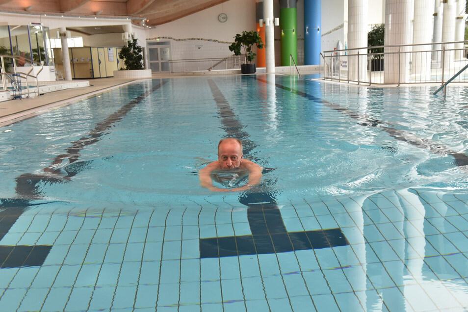 Das Bad ist für die Öffentlichkeit geschlossen und darf nur für Therapiezwecke genutzt werden. Jürgen Schwalbe aus Hohenstein-Ernstthal zieht völlig allein seine Bahnen.