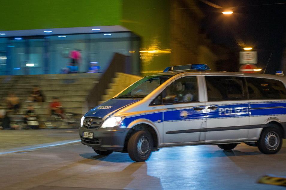 Auf der Alaunstraße sind am Samstagabend mehrere Männer in Streit geraten. Die Auseinandersetzung endete mit Verletzten.