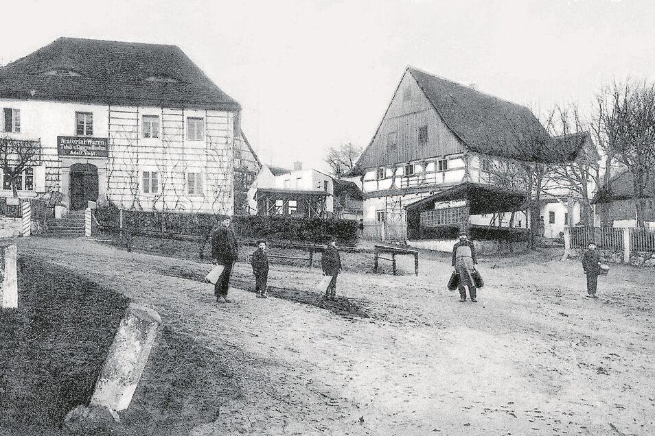 """Die Klosterschenke um 1910: Sie war das Zentrum der bis 1922 selbstständigen Gemeinde Klosterfreiheit. Das Gebäude links war eine Materialwarenhandlung. Das Foto stammt aus """"Ostritz und seine Dörfer beiderseits der Neiße"""" (2006, Lusatia-Verlag Bautzen)."""