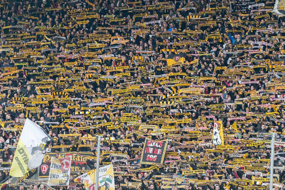 So eng werden die Dynamo-Fans am Montag nicht im K-Block stehen, aber beim Pokalspiel gegen den Hamburger SV dürfen Zuschauer zum ersten Mal seit dem 8. März wieder ins Dresdner Rudolf-Harbig-Stadion.