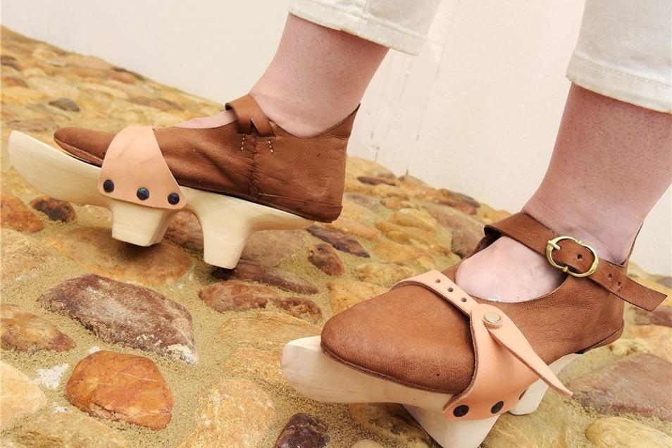 Um ihre zart besohlten Schuhe zu schonen, sollen die acht Kinder von Friedrich dem Sanftwütigen in solchen Holzpantinen über das Pflaster gelaufen sein. Wie und ob es sich darin überhaupt gehen lässt, dürfen die Burgbesucher selbst ausprobieren. Auch Klei