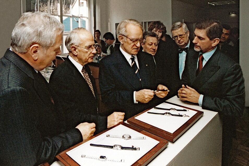 Die Lange-Geschäftsführung Hartmut Knothe, Walter Lange und Günter Blümlein (rechts) empfing den damaligen Bundespräsidenten Johannes Rau am 7. Dezember 2000 im neuen Showroom der Firma Lange.