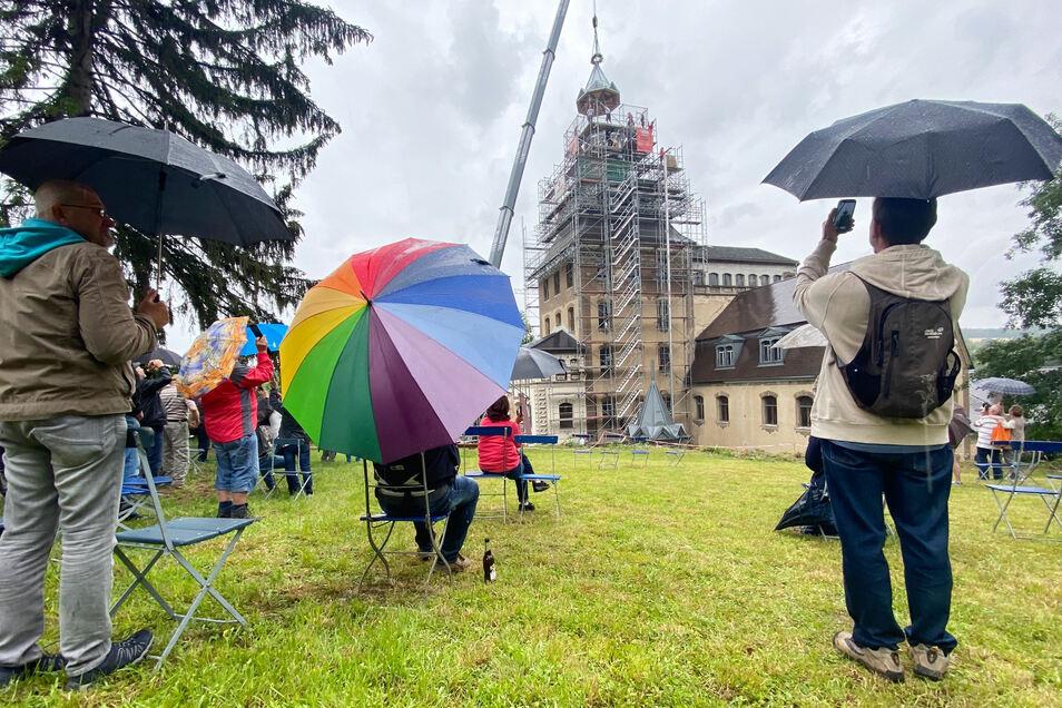 Die Krönung des Hainewalder Schlosses verfolgten am Mittwoch viele Interessierte.