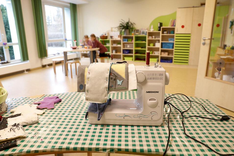 Blick in das Atelier. Dort steht unter anderem diese Nähmaschine - betriebsbereit.