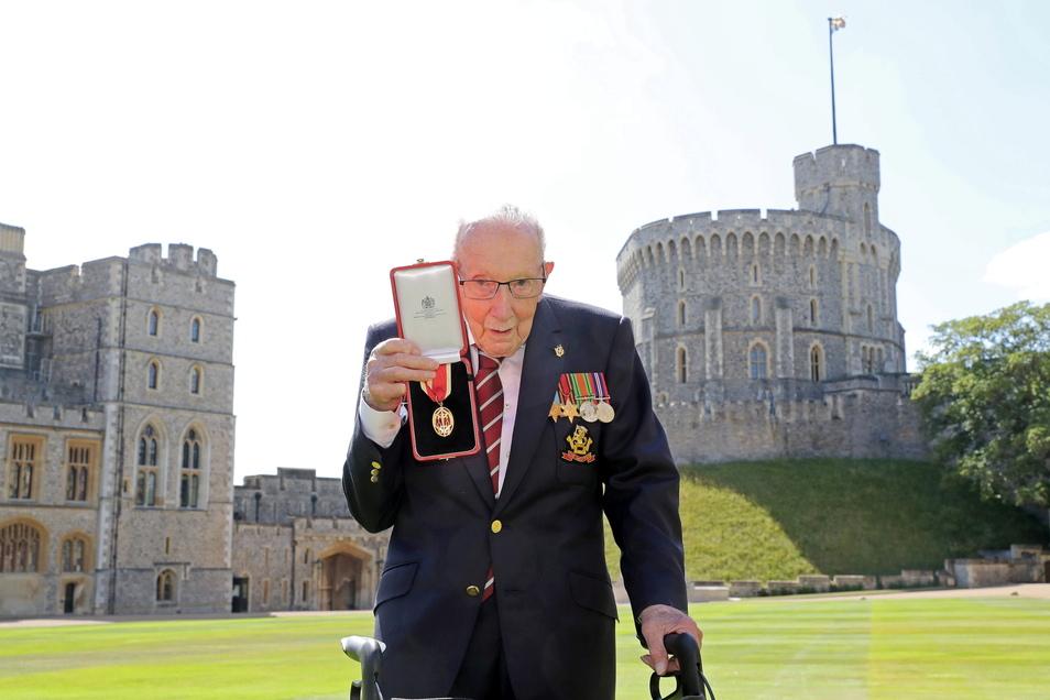 Sir Tom Moore, Weltkriegsveteran und Rekord-Spendensammler, zeigt am 17. Juli 2020 nach seinem Ritterschlag durch die Queen am Schloss Windsor seine Medaille.