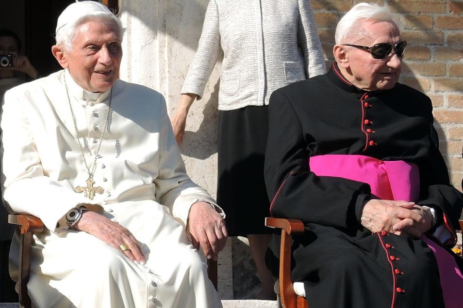 Der emeritierte Papst Benedikt XVI. (l) und sein Bruder Georg Ratzinger im Jahre 2017.