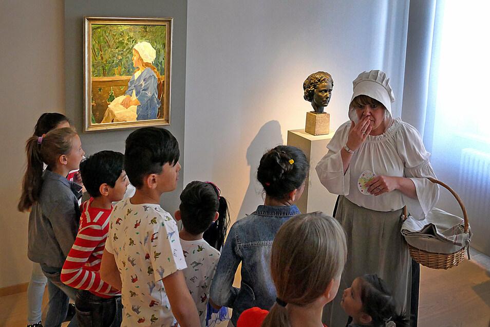 Das Team des Stadt- und Museumshauses bietet unter anderem wieder Führungen an. Das Foto zeigt Mitarbeiterin Patricia Spruck bei einer Ostereiersuche.