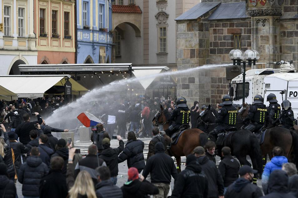 Prag: Polizisten setzten Wasserwerfer gegen Demontranten ein.