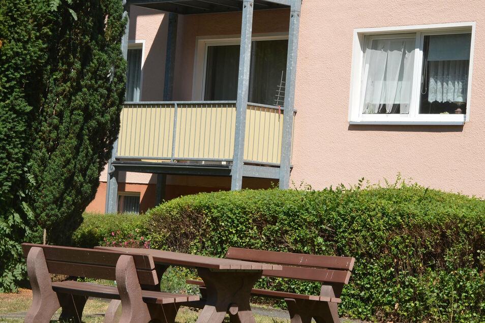 Die Wohnung des Toten steht leer. Die Gardine im angekippten Fenster ist mittlerweile zerschlissen.