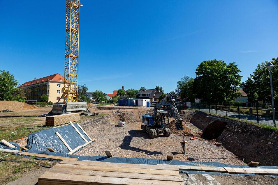 Mit einer Baugrube fängt alles an. Für das, was die GWG Heidenau hier baut, gibt es auch ein Modell.