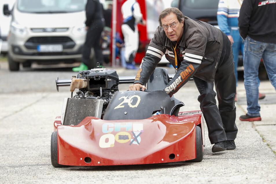 Auf dem Weg zum Start: Robert de Laczkovich aus Berlin mit seinem Kart Marke Eigenbau.