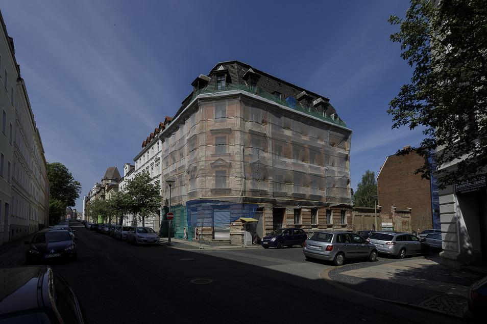 Die neuen Eigentümer haben das Eckhaus Sohrstraße 9/Emmerichstraße kürzlich gesichert und die Fassade mit einem Netz versehen. Die Sanierung soll noch dieses Jahr beginnen.