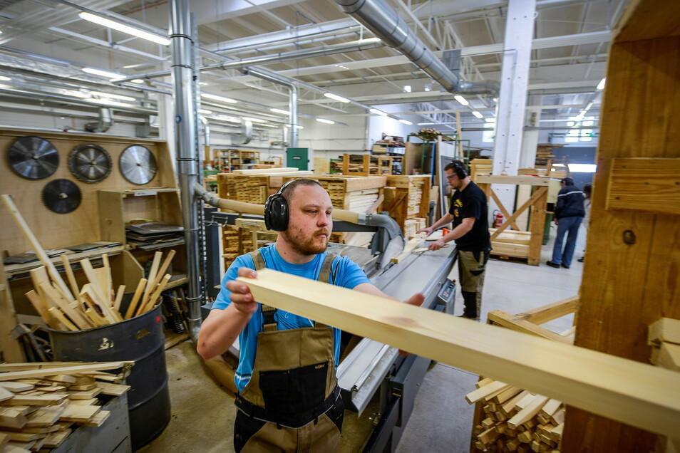 In den Görlitzer Werkstätten wird nicht nur mit Holz gearbeitet, sondern auch mit Malkohle und Bleistift. Das Ergebnis ist ein Jahreskalender für 2022.