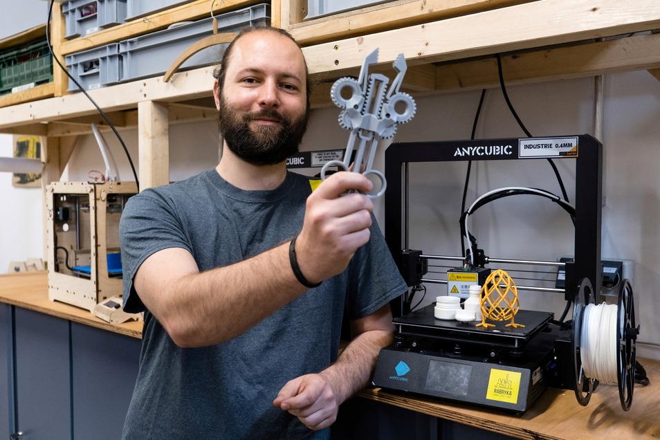 Robert Gröschel zeigt ein Objekt, das als Anschauungsobjekt aus dem 3D-Drucker kam.
