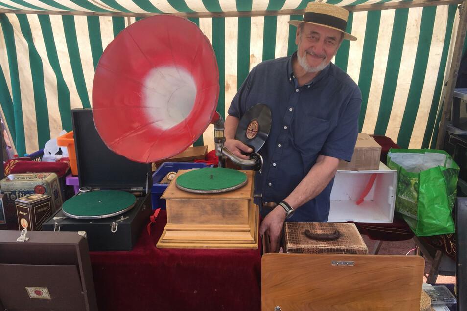 Experten Lore und Hans bieten historische Grammophone und Schellackplatten an. Es gibt natürlich auch Schallplatten aus den letzten 50 Jahren!