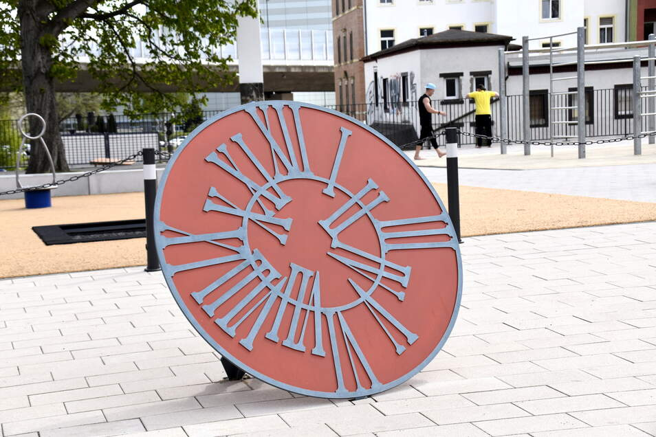"""Die beiden Künstlerinnen Franziska und Sophia Hoffmann haben das Uhr-Kunstwerk mit dem Titel """"Quality Time"""" gestaltet."""