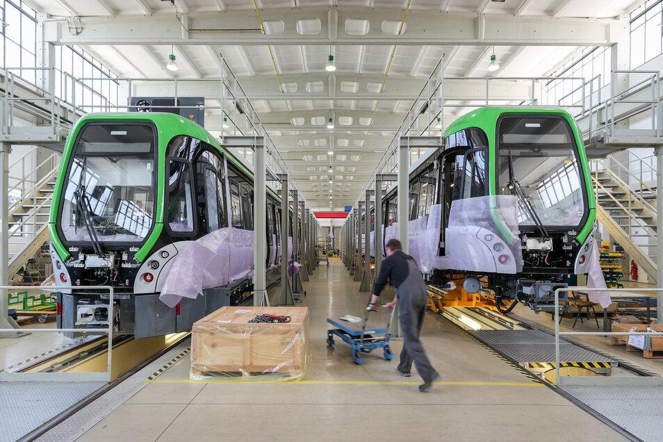 Die Mitarbeiter von Heiterblick bauen die letzten Straßenbahnen für Hannoversche Üstra.