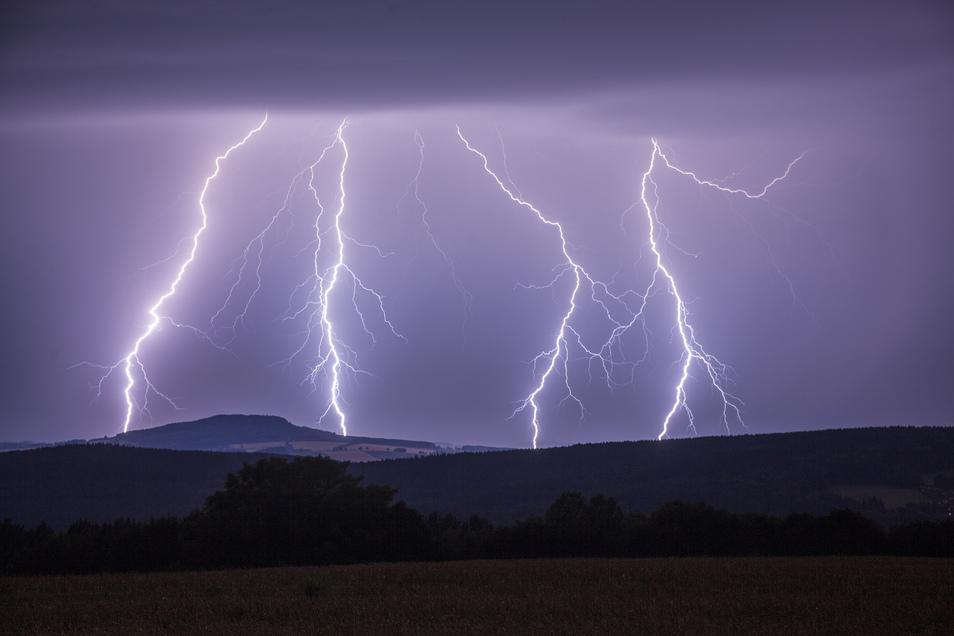 Blitze zucken über den Himmel über Annaberg-Buchholz vom Himmel.
