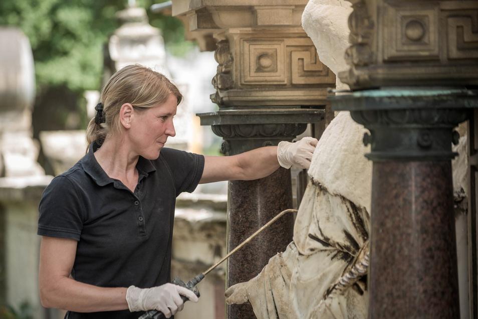 Die Restauratorin Dana Krause befreit am Grab der Familie Bäumer eine Engelsfigur von Vergipsungen, die durch Umwelteinflüsse entstanden sind - eine Sisyphusarbeit.