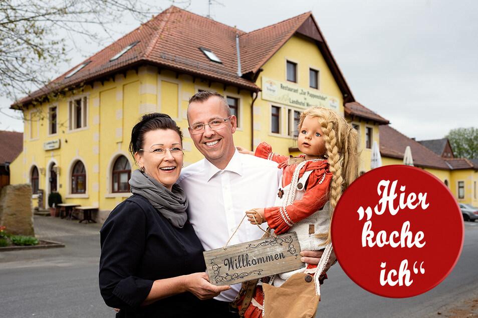 """Jana und Michael Krolop vor ihrem Restaurant """"Zur Puppenstube"""" im Stolpener Ortsteil Helmsdorf."""