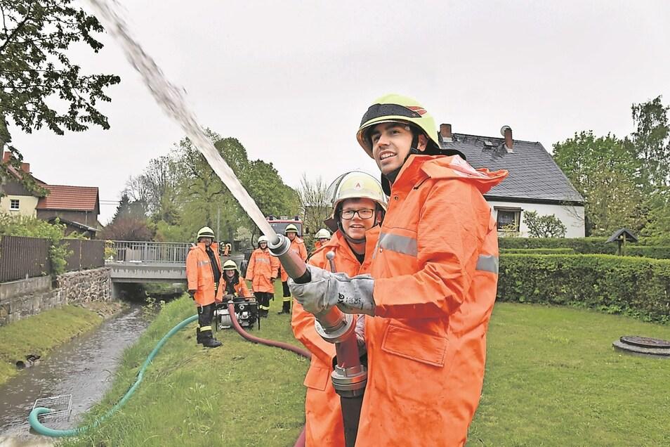 Max Häger (re.) und Timo Lieber üben den Umgang mit neuen Schmutzwasserpumpe.