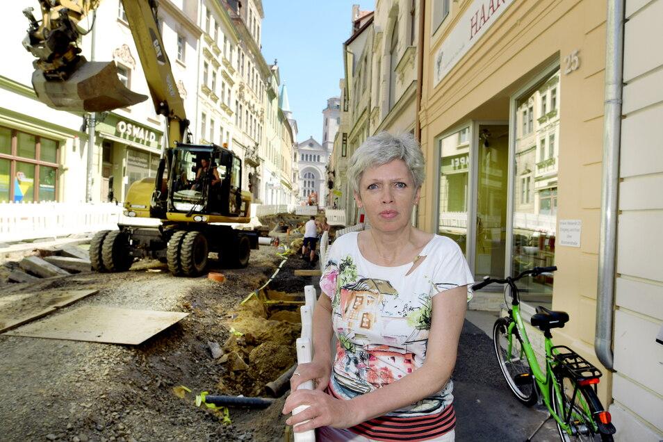 Die Zittauer Einzelhändlerin Bärbel Michel vor der Baustelle auf der Inneren Weberstraße.