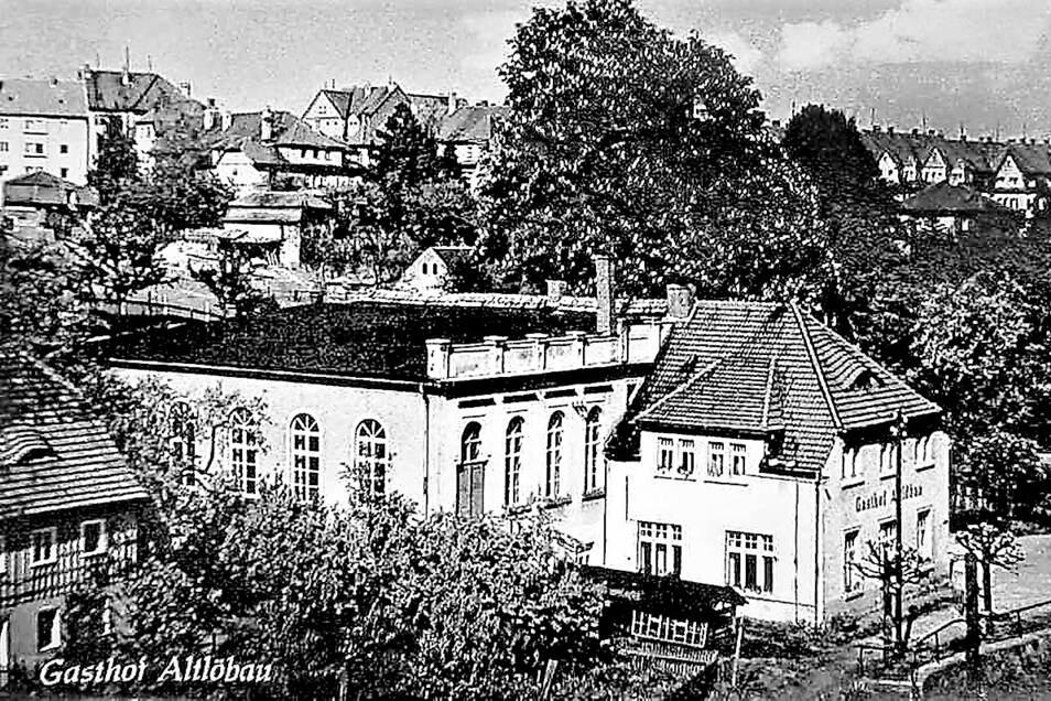 """Der """"Gasthof Altlöbau"""" mit dem Saalanbau als Motiv einer in den 1950er Jahren aufgelegten Ansichtskarte. Rund 300 Gäste konnten hier Platz finden."""