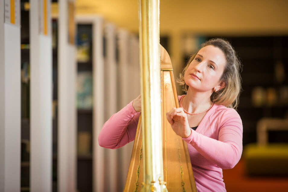 Die Dresdnerin Sarah Christ gehört zu den gefragtesten Harfenistinnen des Landes.