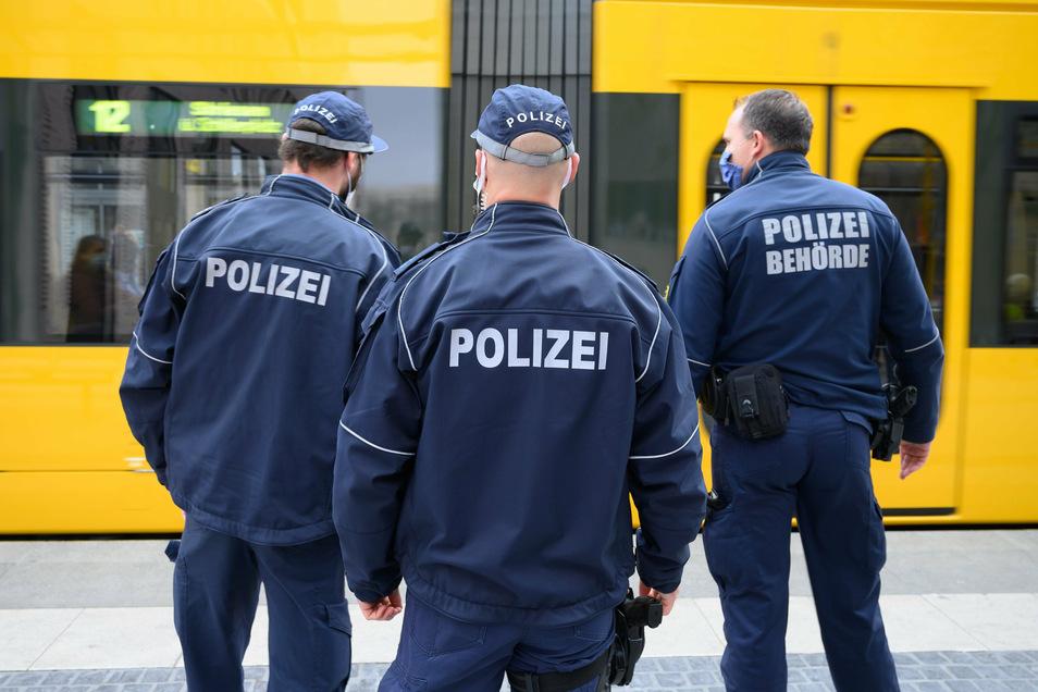 Ein Rentner ist in Dresden nach einer Kollision mit einer Straßenbahn verstorben.