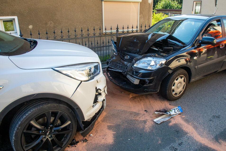 Ein Kia hat am Freitagabend in Großharthau zwei parkende Autos stark beschädigt.