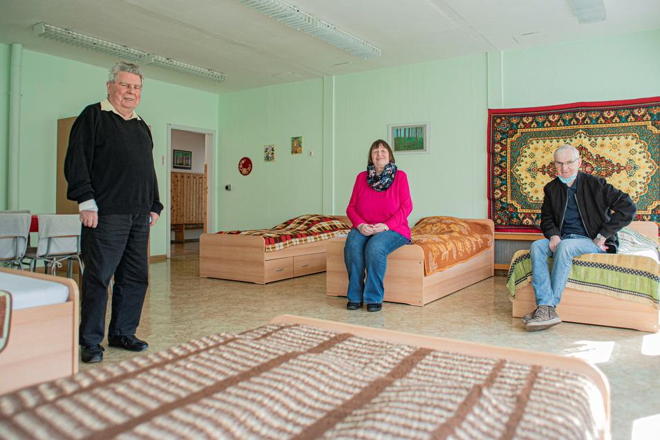 Georg Tietzen (l.), Gerswit und Hubert Abt von der Kamenzer Tschernobyl-lnitiative haben fürs Foto den Mundschutz kurz abgenommen. Die Betten für erkrankte Kinder aus der verstrahlten Region werden wegen Corona auch in diesem Jahr leer bleiben.