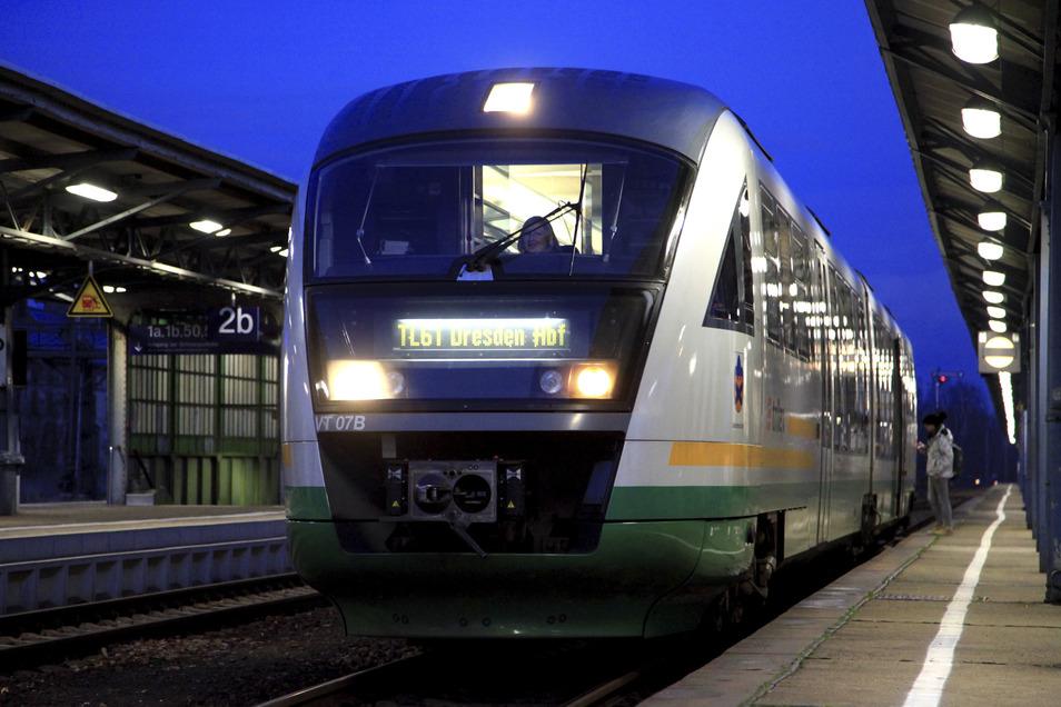 Der Regionalexpress, der aus Richtung Liberec kommt und nach Dresden fährt, hält auch in Langebrück. Diese Zugverbindung ist vor allem für die Schüler des Dresdner Ortsteiles wichtig.
