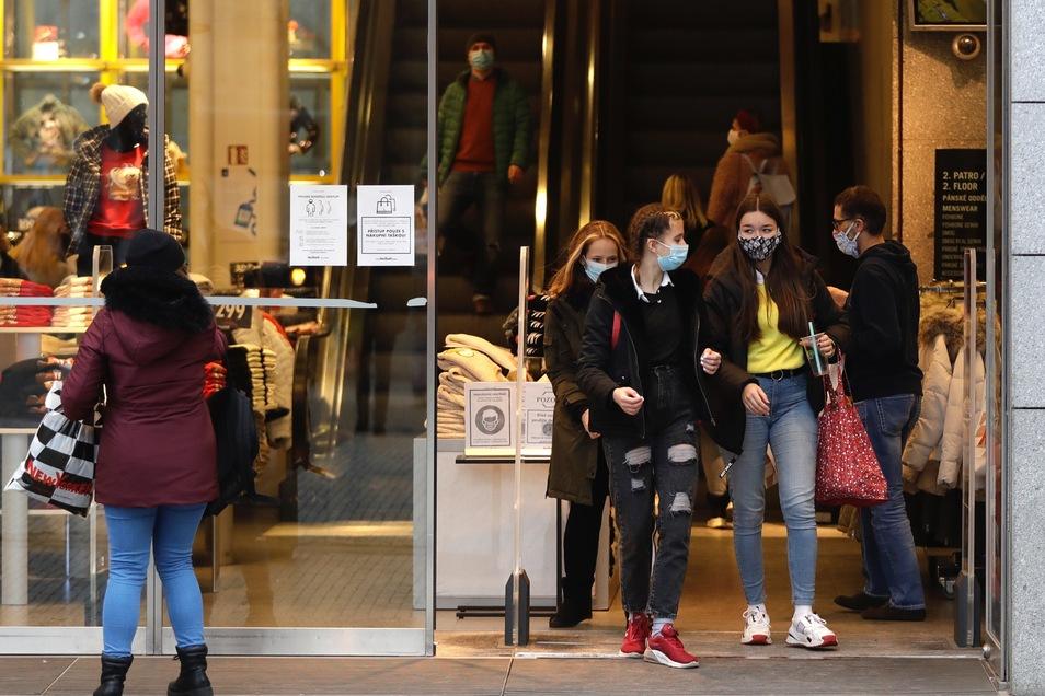 Der Einzelhandel hat in Tschechien wieder geöffnet - unter strengen Hygiene-Regeln.