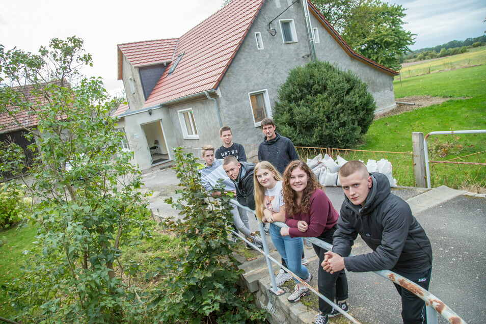 Luca, Philipp, Heidi, Anna, Franz (vorn), sowie Max und Marco (hinten) haben Leben in eien alte Bauernwirtschaft von Gemeinderatsmitglied Marco Friedlander gebracht: Der Jugendclub Groß Krauscha ist im Oktober fertig geworden.