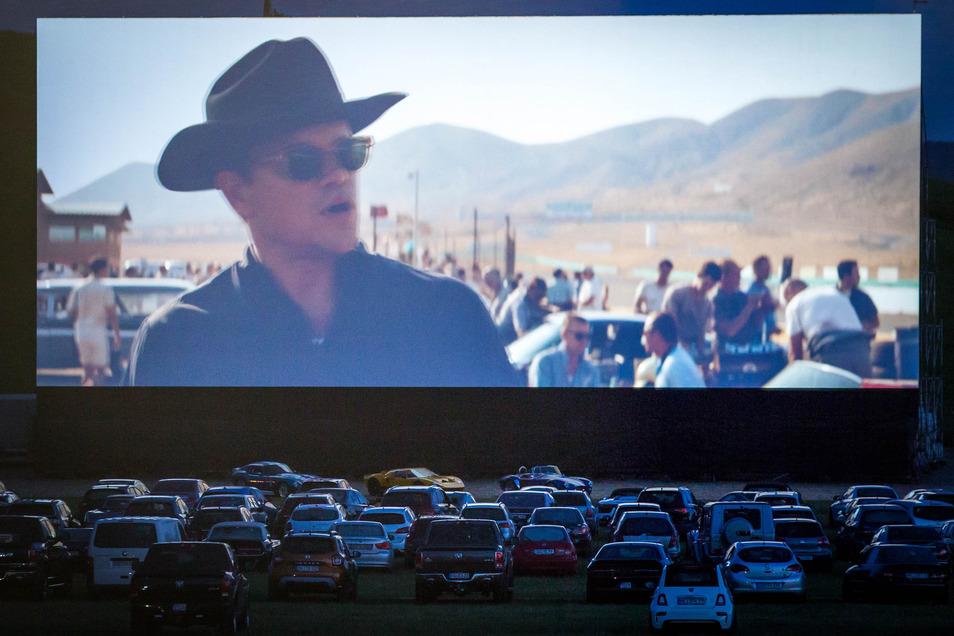 Das Autokino in der Flutrinne hat eine eigene Leinwand bekommen, damit die Filmnächte-Leinwand für das Königsufer frei bleibt.