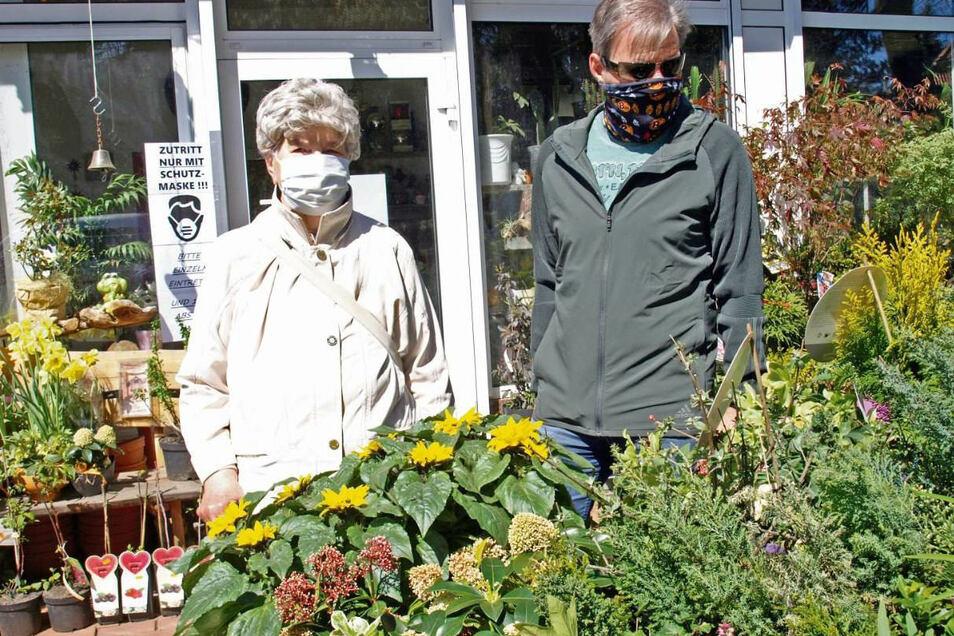 Christa Werlich und ihr aus Dresden angereister Sohn nutzten die Lockerungen für einen Gartenmarkt-Besuch.
