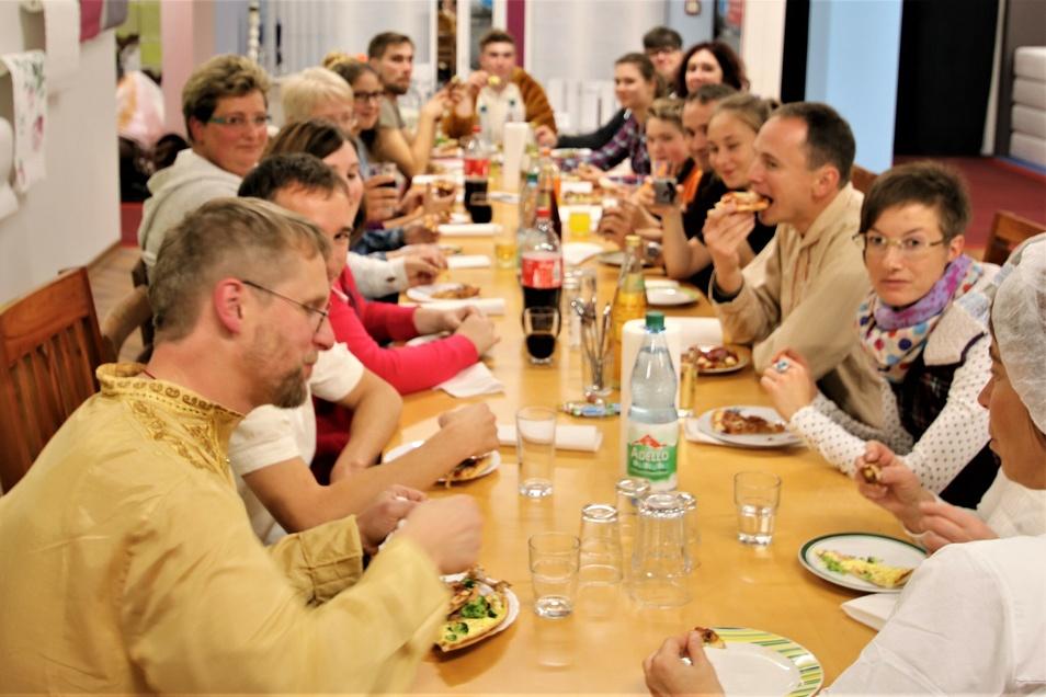 Wie in guten, alten Schulzeiten wurde zum Abendessen Pizza bestellt und genüsslich gemeinsam gegessen.